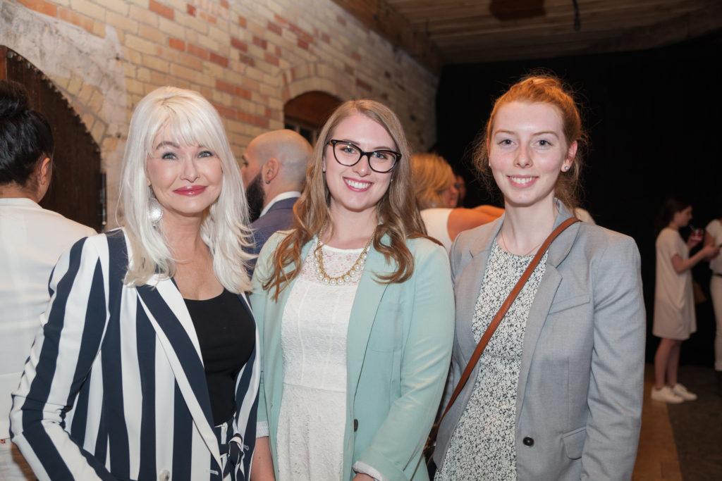 9232 - Yvonne Helmond, Beth Pufall, Katie Pufall